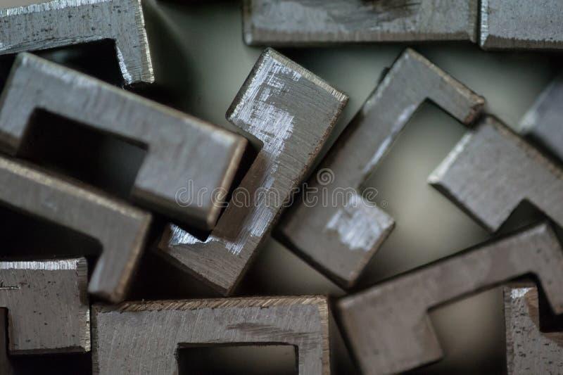 Slut upp av staplade metallplattor royaltyfria foton
