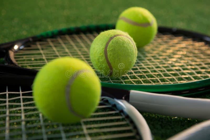 Slut upp av tennisbollar med racket fotografering för bildbyråer