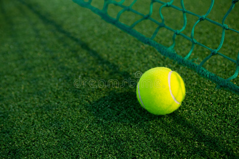 Slut upp av tennisbollen vid netto royaltyfria foton