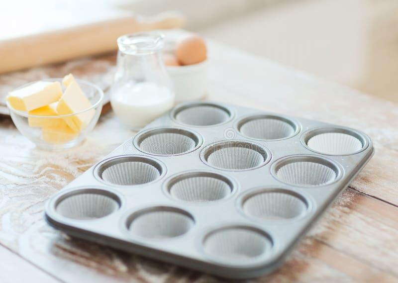 Slut upp av tomma muffinformer arkivbilder