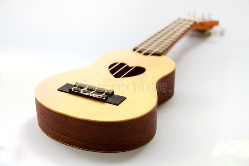 Slut upp av ukulelet på vit arkivfoton
