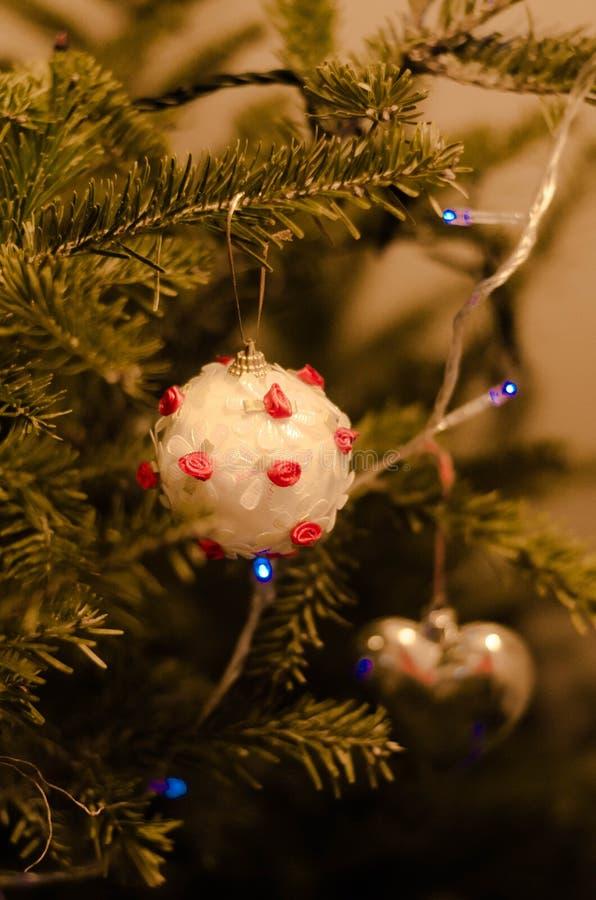 Slut upp av vita julgrangarneringar royaltyfri bild