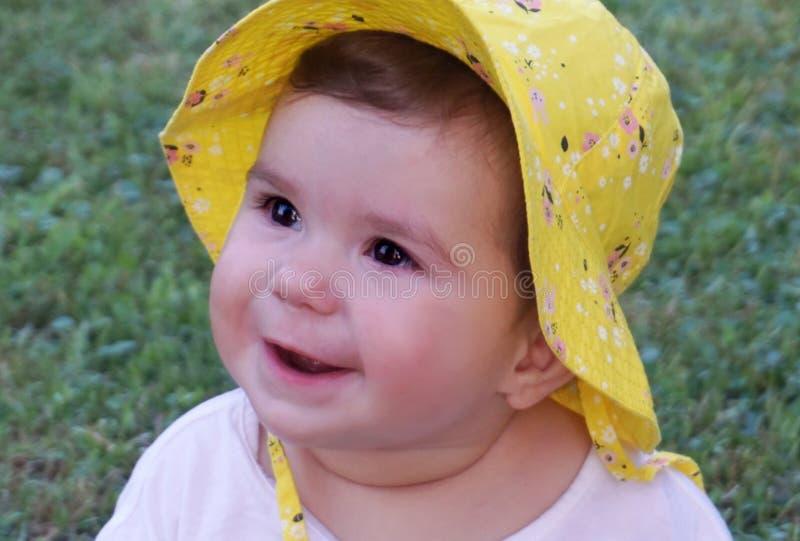 Slut upp babyansikte Härligt behandla som ett barn med blåtiror fotografering för bildbyråer
