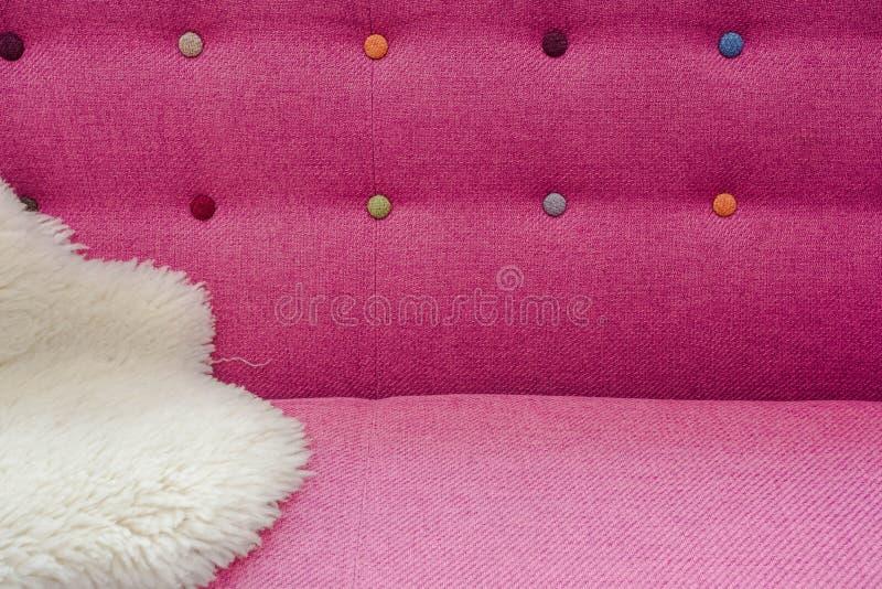 Slut upp bakgrund av huvudgaveln för säng för sammet för rosa färgfärg den mjuka med olika färger för bergkristallkristaller, frä royaltyfri bild