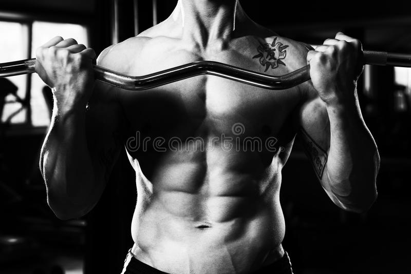 Slut upp bicepsgenomkörare av en man arkivbild