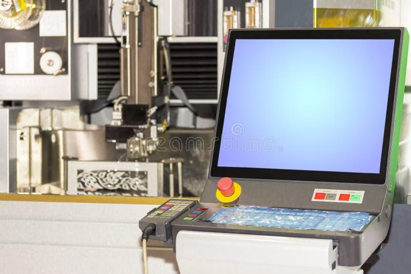 Slut upp bildskärm och kontrollbordet av tekniskt avancerad och precisionformklipp vid maskinen för cnc-trådsnitt på fabriken arkivbild