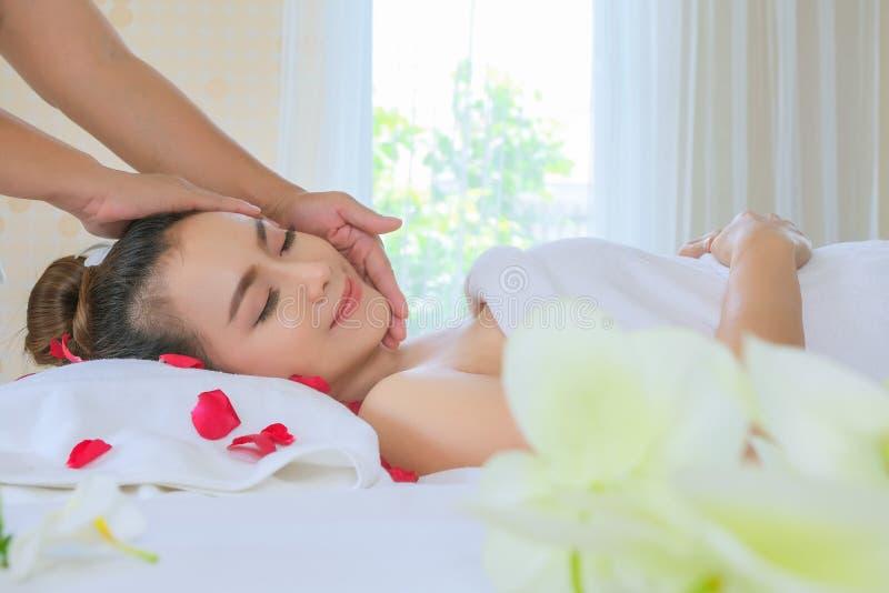 Slut upp den härliga kvinnan som har huvudmassage i livsstil för skönhet för brunnsortsalongwellness sund royaltyfri foto