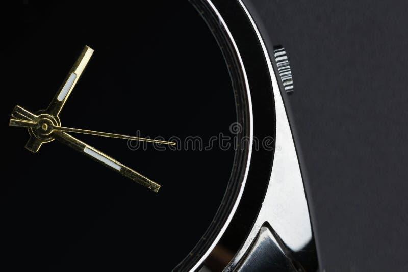 Slut upp den lyxiga klockan på svart bakgrund arkivbilder
