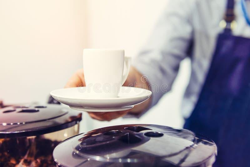Slut upp den manliga koppen för baristahandinnehav av aromatiskt espressokaffe Slapp selektiv fokus Utrymme för text arkivbild