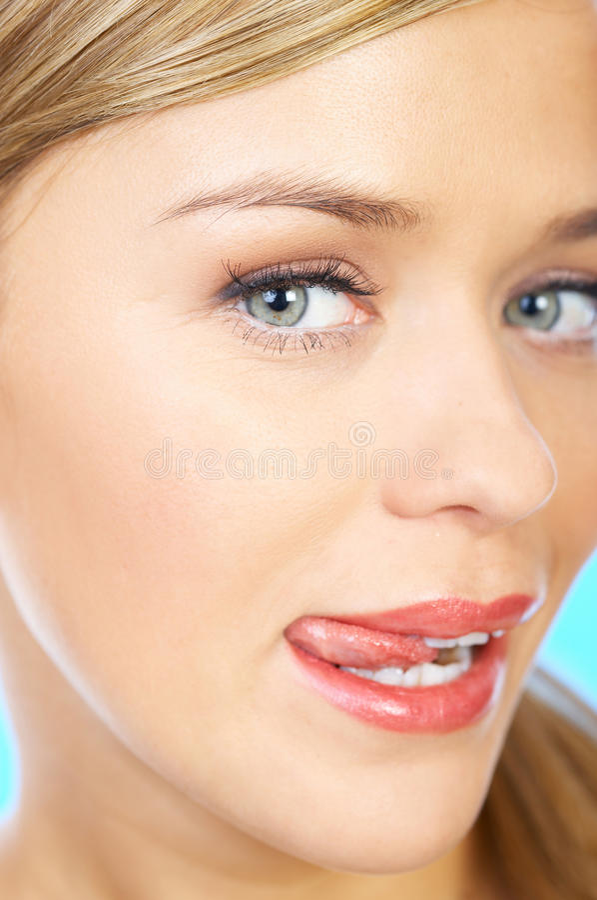 Slut upp den nätta framsidatungan för ung kvinna ut arkivbild