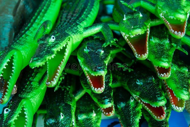 Slut upp den rubber leksaken för krokodilgräsplan för barn arkivfoto