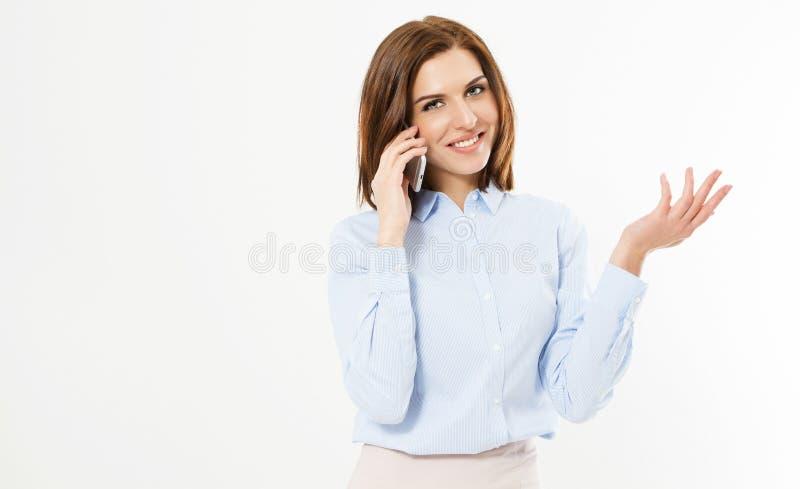Slut upp den unga kontorsbrunettkvinnan som talar till någon på hennes mobiltelefon, medan se in i kameran med den lyckliga ansik arkivbild