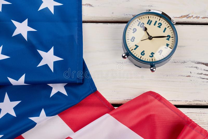 Slut upp den USA flaggan och ringklockan arkivbild