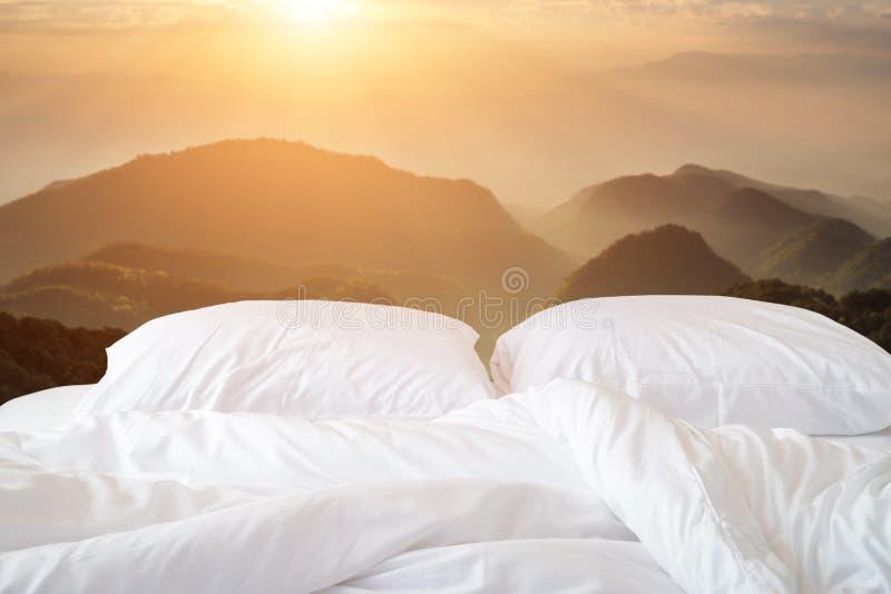 Download Slut Upp Den Vita Sängkläderark Och Kudden På Sikt Av Berget Arkivfoto - Bild av hotell, relax: 76700478
