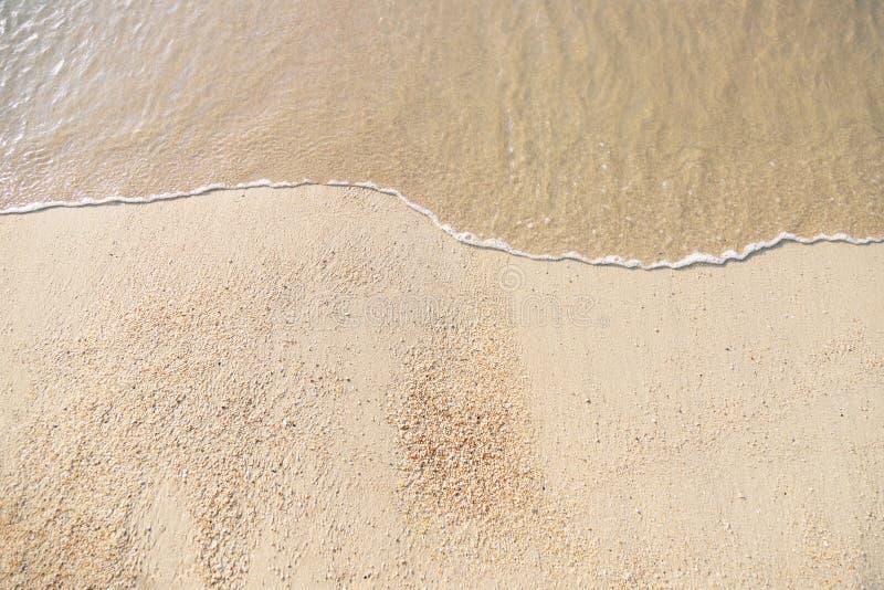 Slut upp det härliga havet för mjukt vågflöde på den sandiga stranden royaltyfri fotografi