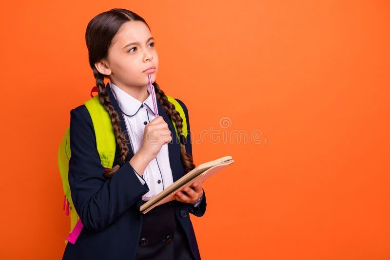 Slut upp det härliga sidoprofilfotoet henne som hennes lilla lärare för information om anmärkningen för anteckningsboken för haka royaltyfri fotografi