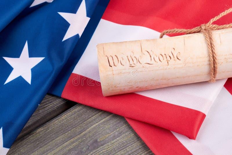 Slut upp det USA flaggan och dokumentet arkivbild