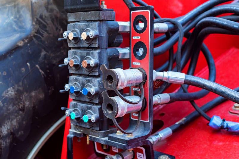 Slut upp elevatorhaken Hydraulisk utrustning av en modern traktor arkivbilder