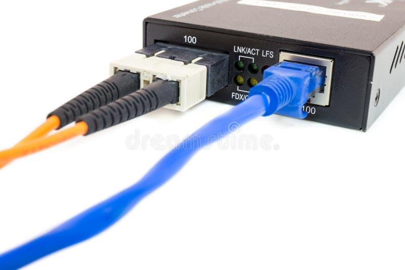 Slut upp fibermassmedia omformare och kablar arkivbilder