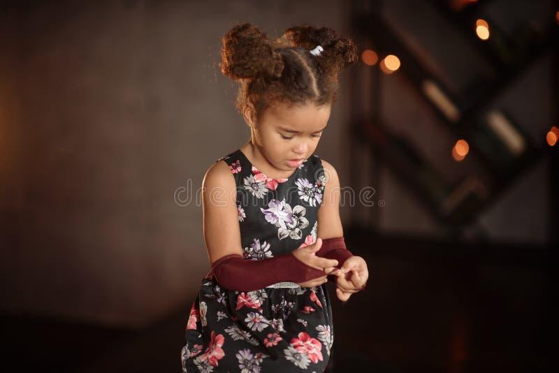 Slut upp flickan f?r liten unge som gr?ter med t?rfyllt p? hennes framsida royaltyfria bilder