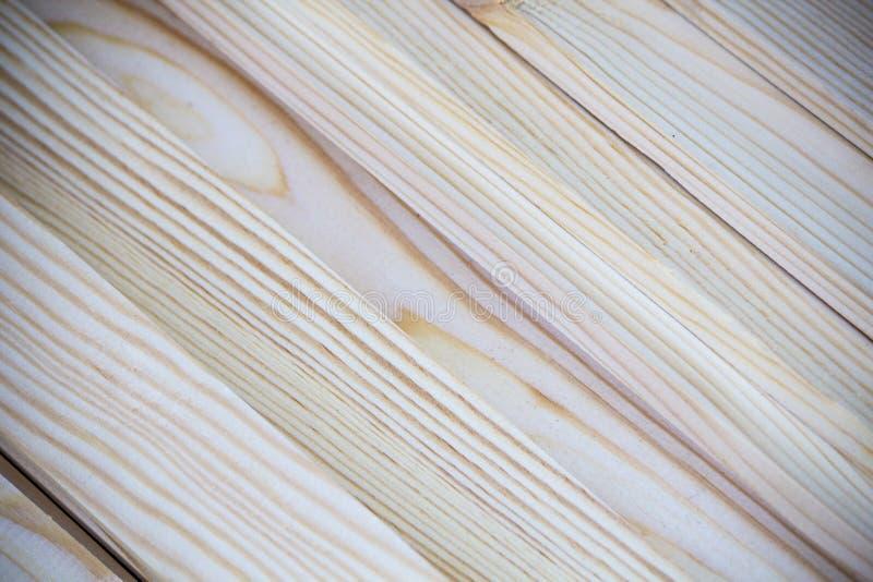 Slut upp fotoet av mjuka red ut hand klippta träslats som tänder på en diagonal för bakgrundstextur arkivbild