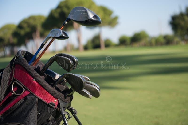 Slut upp golfpåse på kurs arkivfoto
