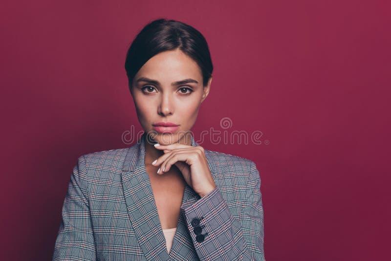 Slut upp härlig fantastisk affär för foto henne hennes se för försiktigt anbud för haka för damarmhand självsäkra allvarligt royaltyfri fotografi