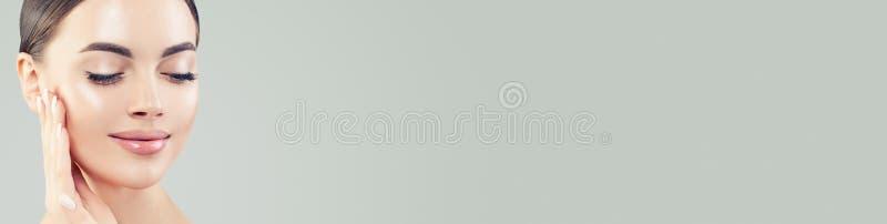Slut upp härlig kvinnlig framsida Sund modell med klar hud på banerbakgrund med kopieringsutrymme royaltyfria bilder