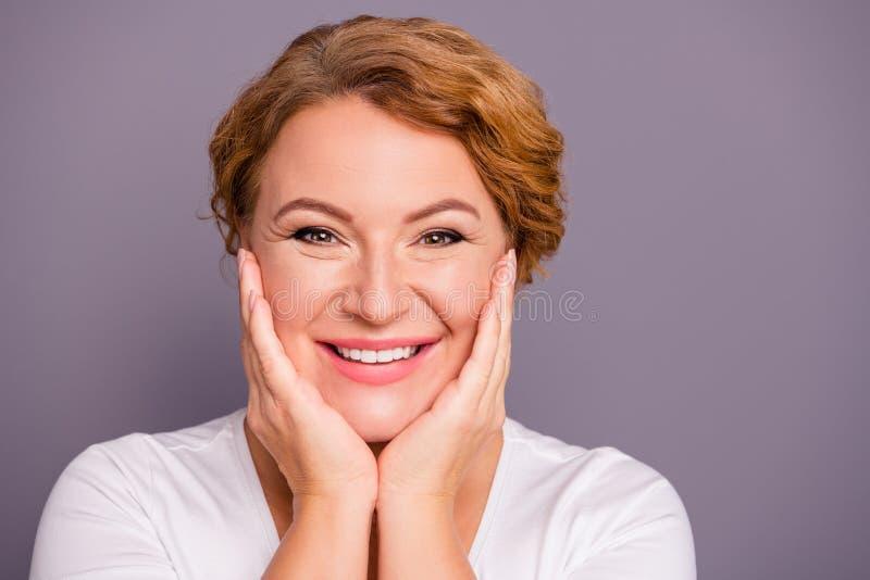 Slut upp härligt fantastiskt moget för foto henne hennes för vänligt kinder för hud kontrollhandlag för dam ansikts- perfekta nya royaltyfri foto