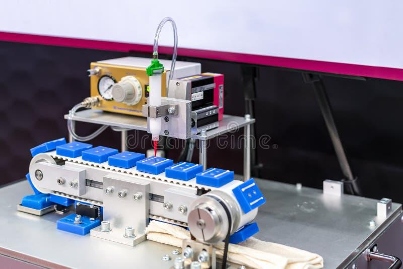 Slut upp h?g precision och teknologi av dysaapparaten och visaren av automatiskt arbete f?r injektion f?r lim f?r limutmataremask arkivfoton