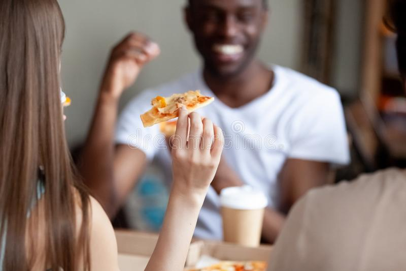 Slut upp handen för ung kvinna med skivan av pizza arkivbild