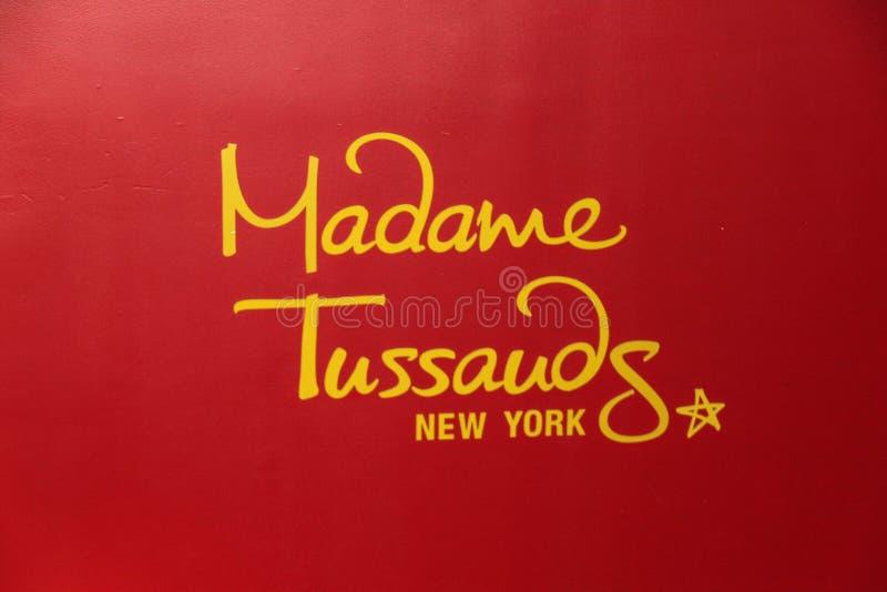 Slut upp iew av den röda skylten av det berömda museet för madam Tussauds royaltyfri foto