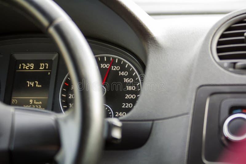 Slut upp inre sikt av den moderna lyxiga svarta bilen Instrumentbräda styrninghjul, hastighetsmätare Hastighet, komfort och lyx royaltyfria bilder