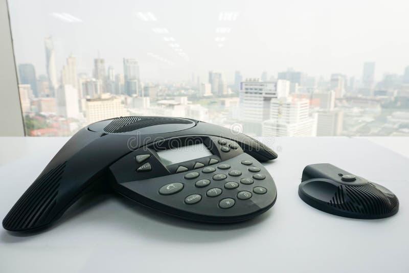Slut upp IP-konferenstelefonen med den trådlösa högtalaren på tabellen royaltyfria foton