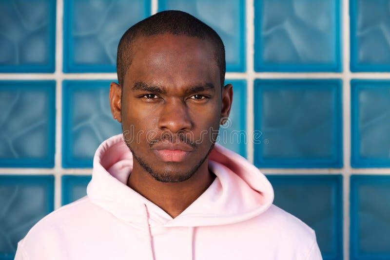 Slut upp kallt ungt stirra för svart man royaltyfri fotografi