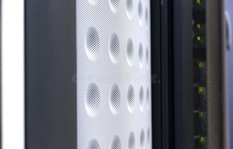 Slut upp kopplad ihop bakgrund av den moderna värddatoren i stor datacenter för tekniskt avancerad internet royaltyfria bilder