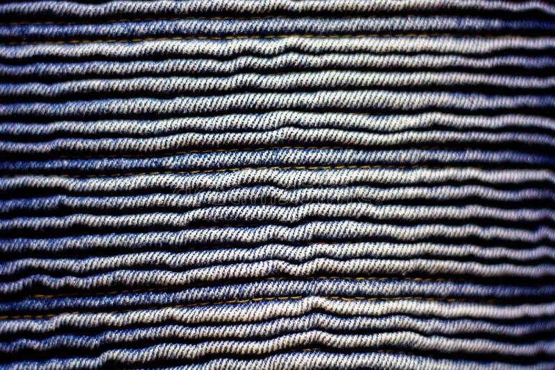 Slut upp korrugerad jeansmodelltextur royaltyfria bilder