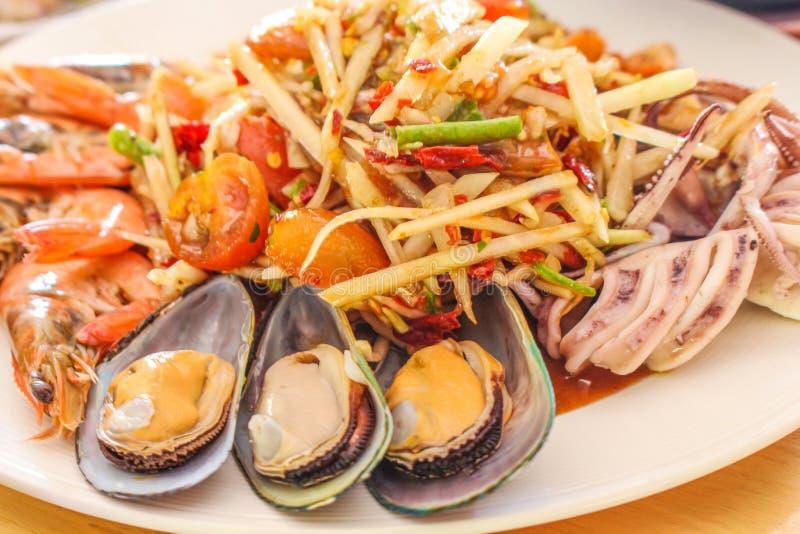 Slut upp kryddig papayasallad med havs- räka royaltyfri bild