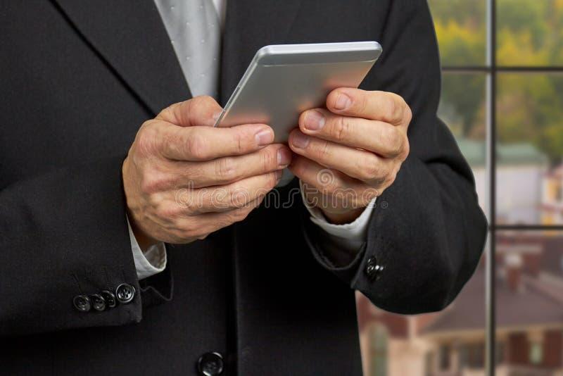 Slut upp läs- nyheterna för affärsman på smartphonen royaltyfria bilder