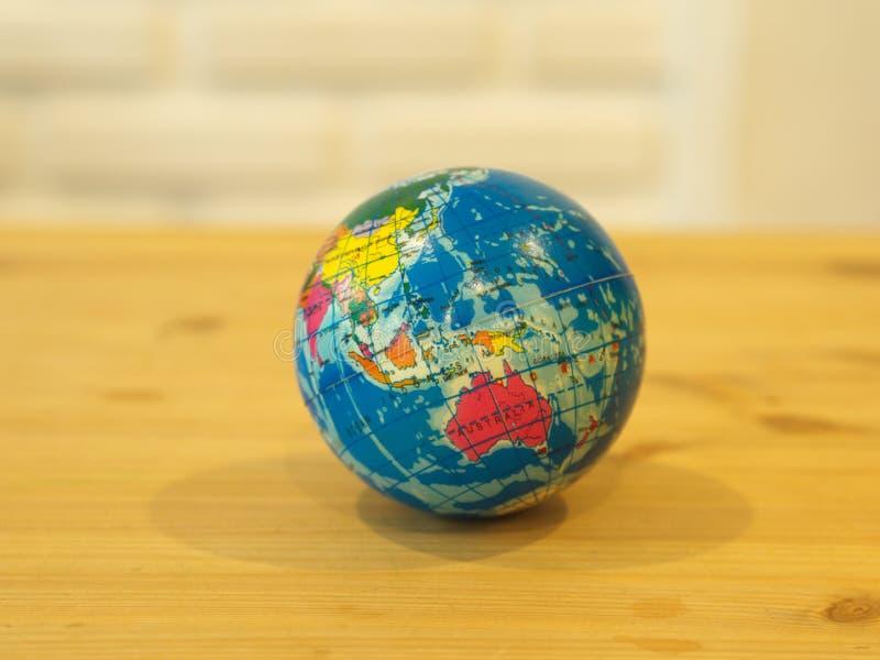 Slut upp mång- färg Mini Globe med trätabellbakgrund royaltyfri fotografi
