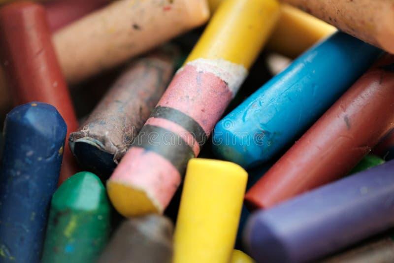 Slut upp mångfärgade färgpennor som är färgrika för unge royaltyfri foto