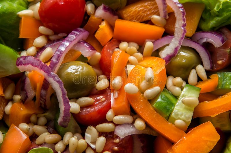 Slut upp, makro Växten baserade ingredienser Strikt vegetariangreksallad royaltyfri foto