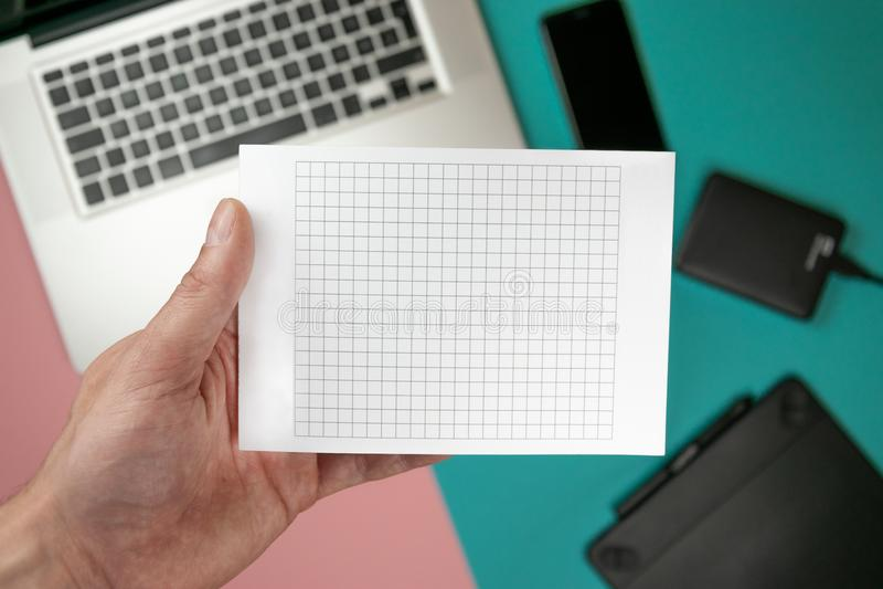 Slut upp manliga h?nder som rymmer det pappers- mellanrumet f?r designpapper royaltyfria bilder
