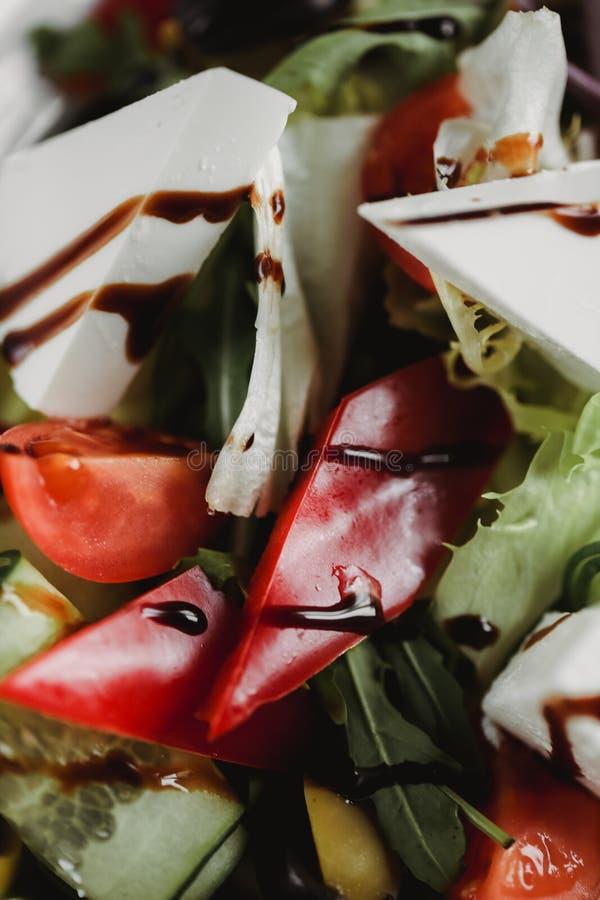 Slut upp matbild av grönsaksallad på den vita plattan Makromatfotografi av sunt mål Fokusera på tomater fotografering för bildbyråer
