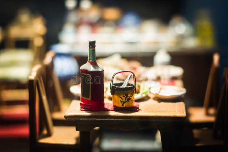 Slut upp miniatyrlerastatyettThailand ` s som svävar marknaden, miniatyrfartyg som bär tropisk frukt på wood bakgrund arkivfoton