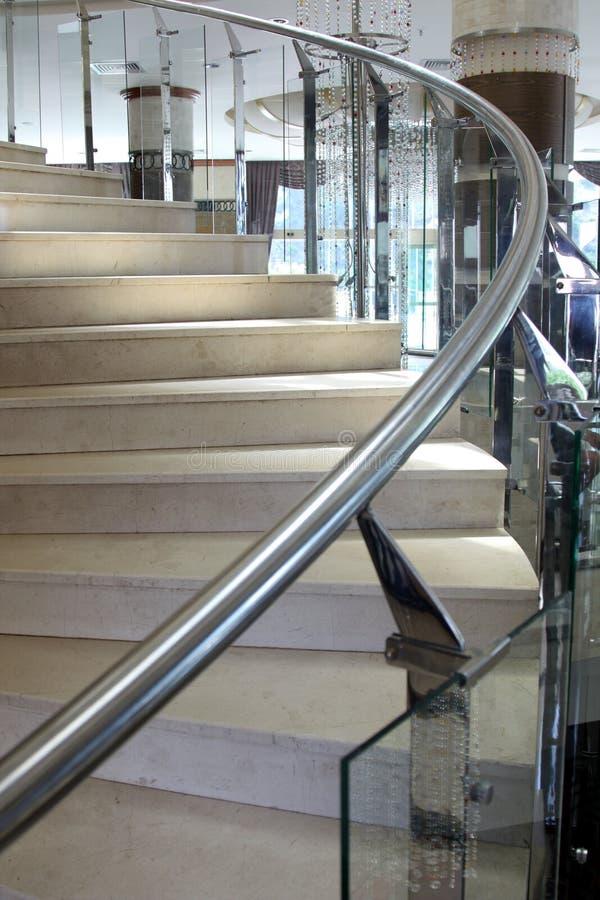 Slut upp modern glass trappuppgång arkivfoton