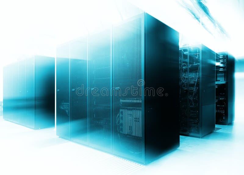 Slut upp modern inre av serverrum, toppen dator, datorhall med abstrakt ljus effekt arkivfoto