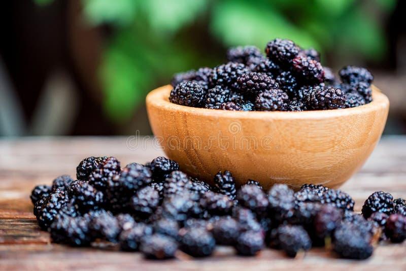 Slut upp ny mullbärsträdfrukt i träbunke på tabellen royaltyfria bilder