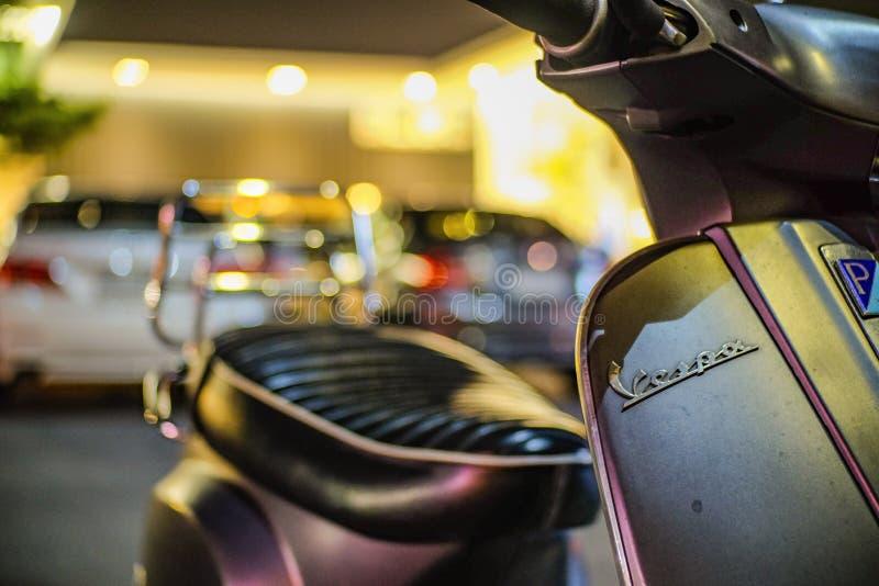 Slut upp ny Vespa S med härligt ljus i bilparkering royaltyfri fotografi