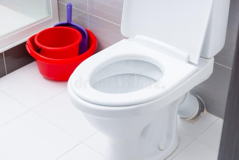 Slut upp på öppen toalett i badrum arkivfoto